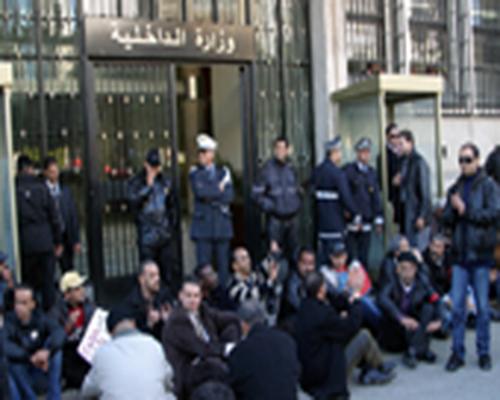 أمام الداخلية: الأمنيون المعزولون يطالبون بإعادتهم إلى العمل