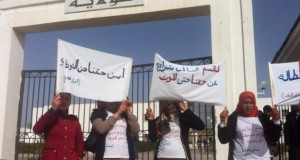"""أصحاب الشهائد المعطّلون عن العمل يطالبون بإطلاق سراح """"معتصمة"""" تطالب بحقها في التشغيل"""