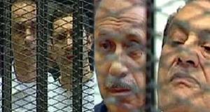 مصر: الحكم ببراءة مبارك ونجليه ووزير داخليته من اتهامات القتل والفساد