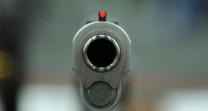 حكم برازيلي يشهر مسدّسا في وجه لاعبين في مباراة كرة قدم