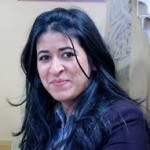 الناشطة المغربية وفاء شرف تعانق الحرية