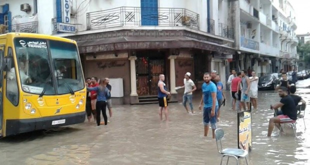 كميات قليلة من الأمطار تُغرق شوارع العاصمة وتذمّر في صفوف المواطنين